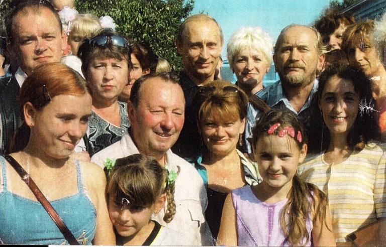 Фоминых Юрий Викторович стоит с гармонью справа от В.В. Путина