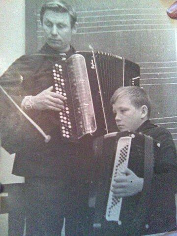 юный Владимир в музыкальной школе постигает азы музыкального искусства.